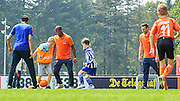 """Oranje en ING verrassen jeugd op amateurclubs<br />  <br /> <br /> Schiphol, zaterdag 28 mei - De Oranjeselectie vloog vanochtend vanaf Schiphol per helikopter terug naar de basis van het voetbal: de amateurclubs. Alle spelers van het Nederlands elftal en een deel van de technische staf trakteerden vandaag de jongste jeugdspelers van Blauw Wit '34 (Leeuwarden), Reiger Boys (Heerhugowaard), Sparta Enschede (Enschede), MOC '17 (Bergen op Zoom) en SV Oss 1920 (Oss) op een bijzondere Oranje Fandag. De dag werd afgesloten op de KNVB Campus waar de leden van de Oranje Kidsclub hun idolen ontmoeten. De Oranje Fandag is een initiatief van de KNVB en zijn hoofdsponsor ING.<br />  <br /> Direct na de oefeninterland tegen Ierland gisteravond in Dublin vloog de Oranjeselectie terug naar Nederland. Vanochtend om 11 uur stonden op Schiphol de helikopters klaar waarmee de internationals naar de vijf amateurclubs in het land vlogen. Op de verenigingen werden onder andere de welpen (jongens en meisjes van 4 tot 6 jaar) en kinderen met een beperking getrakteerd op tal van voetbalactiviteiten. De spelers van het Nederlands elftal hebben dit begeleid.<br />  <br /> Onvergetelijke dag<br /> Kevin Strootman, die gisteravond na een afwezigheid van ruim twee jaar terugkeerde in het Nederlands elftal en in Dublin de aanvoerdersband droeg, reageert enthousiast. """"Toen ik als vijfjarig ventje bij v.v. Rijsoord (Ridderkerk) ging spelen, was ik helemaal gek van Patrick Kluivert en Edgar Davids. Ik droomde ervan net als zij ooit in het Nederlands elftal te spelen. Daarom is het zo leuk dat wij de kids hebben kunnen verrassen en een balletje met ze hebben getrapt. Hopelijk is het voor de spelertjes, maar ook voor de vrijwilligers en fans een onvergetelijke dag geworden.""""<br />  <br /> Verrassing<br /> """"Vandaag brengen we het hele Nederlandse voetbal, van de jongste jeugd, jongens en meisjes, kinderen met een beperking tot onze internationals, op een verrassende manier bij elkaar"""", zegt Steven Sede"""