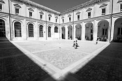 Lecce - Bambini giocano nello spiazzo dell'ex Monastero dei Teatini, vicino alla Chiesa di Santa Irene. Si tratta di un edificio barocco di Lecce utilizzato per molti secoli come sede dei Padri Teatini. Attualmente viene utilizzato come contenitore per eventi culturali, mostre e per il periodico mercatino dell'antiquariato.