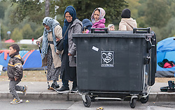 25.09.2015, Grenzübergang, Salzburg, AUT, Fluechtlingskrise in der EU, im Bild Flüchtlinge an der Grenze zu Deutschland // Migrants on the German Border. Thousands of refugees fleeing violence and persecution in their own countries continue to make their way toward the EU, border crossing, Salzburg, Austria on 2015/09/25. EXPA Pictures © 2015, PhotoCredit: EXPA/ JFK