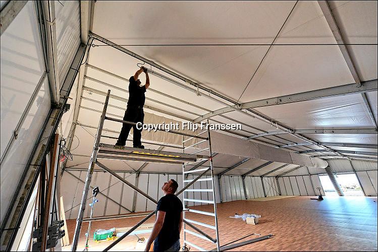 Nederland, Nijmegen, 23-9-2015Met hoge snelheid worden te tenten gebouwd voor de noodopvang van 3000 asielzoekers in natuurgebied Heumensoord. 3000 Asielzoekers, vluchtelingen, worden hier tijdelijk gehuisvest in een tentenkamp tot uiterlijk 1 juni 2016. In 1998, werd er ook een noodkamp gevestigd. Destijds werd op Heumensoord onderdak geregeld voor een kleine 1.000 asielzoekers.Nijmegen, the Netherlands, 23-9-2015 In Holland the growing number of refugees forces the government to house them temporary and improvised in unused or empty buildings and halls. Often these are rented from private owners or real-estate firms. In this case a tent camp is erected in a wooded area near the city of Nijmegen. The tents are also used during the famous four days marches on this location.FOTO: FLIP FRANSSEN/ HH