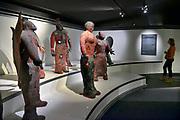 Nederland, Berg en Dal, 29-4-2018 Bezoekers in het Afrikamuseum . Nationaal Museum van Wereldculturen. Het Afrika Museum in Berg en Dal, Gelderland, is geheel gewijd aan kunst uit en culturen van het continent Afrika. Er is aandacht voor Afrikaanse architectuur, Afrikaanse visies op kunst en schoonheid, hedendaagse Afrikaanse kunst en religie en samenleving. Wat nu een rijke, goed gedocumenteerde collectie voorwerpen uit Afrika is, begon als een bescheiden, maar waardevolle particuliere verzameling van de missionarissen van de Congregatie van de H. Geest. Minister Bussemaker van Cultuur begeleidde in 2014 de fusie van het Afrika Museum uit Berg en Dal, Rijksmuseum Volkenkunde uit Leiden en Tropenmuseum uit Amsterdam. De drie gaan verder als het Nationaal Museum van Wereldculturen. Op het terrein bevinden zich verschillende voorbeelden van dorpen en bouwstijlen zoals van het Dogon volk uit Mali . Foto: ANP/ Hollandse Hoogte/ Flip Franssen
