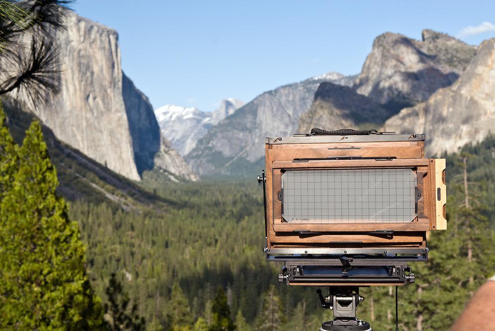 USA, Kalifornien, Eine Fachkamera aus Holz ist im Yosemite Nationalpark an der Stelle aufgebaut von wo aus der amerikanische Landschaftsfotograf Ansel Adams in den 40er Jahren des 20. Jahrhunderts eine seiner berühmt gewordenen Fotografien aufnahm      USA,California, Yosemite National Park A large format camera positioned at the spot of which the american photographer Ansel Adams took one of his famous photographs in the 40s of the 20th century    
