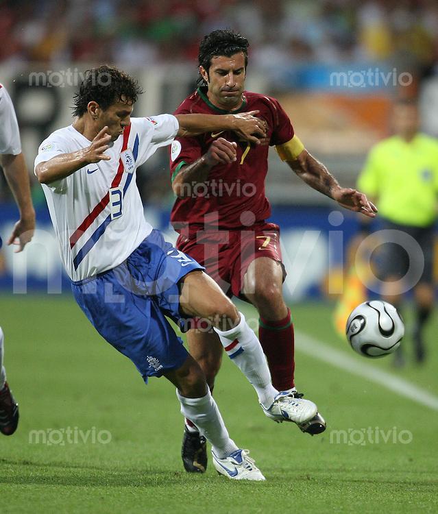 Fussball WM 2006  Achtelfinale Portugal - Niederlande Khalid Boulahrouz (NED li) gegen Luis Figo (POR)