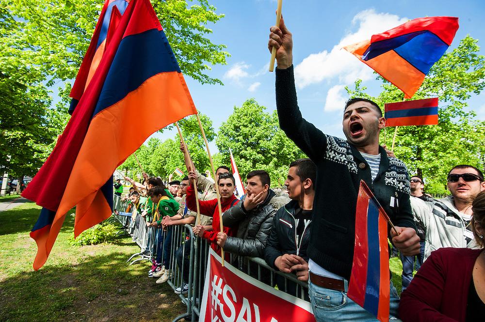 Nederland, den Haag, 22 april 2014<br /> Demonstratie van Armenen tegen de ontkenning van de Armeense genocide en het geweld op Armeniers en andere christenen in Syrie.<br /> Maar vooral ook tegen de turken. <br /> Na een manifestatie op het Plein voor de Tweede Kamer liep de demonstratie naar het Malieveld, waar zij pal tegenover de Turkse Ambassade veel herrie maakten.<br /> Foto (c) Michiel Wijnbergh