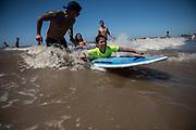 20180130/ Nicolas Celaya - adhocFOTOS/ URUGUAY/ MONTEVIDEO/ PLAYA MALVIN/ Tercer festival de surf inclusivo en la playa Malvin, en Montevideo. La jornada se inscribe en el marco del programa Soñando sobre las olas, que forma parte de las actividades de la Escuela de Mar. El programa Soñando sobre las olas ofrece la posibilidad de practicar surfing a personas con discapacidad, con la finalidad de contribuir a mejorar su calidad de vida mediante los aspectos terapéuticos que genera el deporte. <br /> En la foto: Tercer festival de surf inclusivo en la playa Malvin, en Montevideo.   Foto: Nicolás Celaya /adhocFOTOS