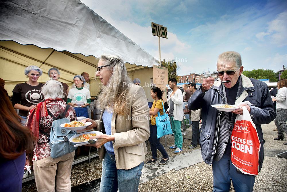 Nederland, Amsterdam , 29 juni 2013.<br /> Op 29 juni maken we een lunch voor 5.000 mensen op het Museumplein, uiteraard gemaakt van vers voedsel dat in Nederland om verschillende redenen niet op ons bord belandt. Damn Food Waste vraagt hiermee aandacht voor het wereldwijde probleem van voedselverspilling. Ook in Nederland verspillen we ongeveer één derde van ons voedsel! Dit gaat om zo'n 4,4 miljard euro per jaar dat onnodig de vuilnisbak in verdwijnt.<br /> Om te laten zien hoeveel voedsel er in Nederland wordt verspild, serveert Damn Food Waste op 29 juni op het Museumplein in Amsterdam voor zeker 5.000 mensen een lunch. Er komt een grote berg verse groenten, die ons bord anders nooit bereikt zouden hebben om cosmetische of andere redenen: te krom, te klein, te groot, gek gevormd of uit een beschadigde of verkeerd gelabelde verpakking. Die groenten worden ter plekke in veldkeukens verwerkt tot een heerlijke soep waar 5.000 mensen gratis van kunnen eten tussen 12.00 en 16.00 uur.<br /> Foto:Jean-Pierre Jans