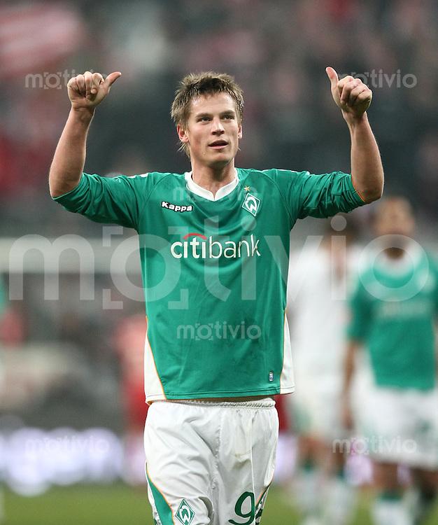 Fussball   1. Bundesliga    Saison 2007/2008    10.02.2008 FC Bayern Muenchen  -  SV Werder Bremen Markus Rosenberg (Bremnen) mit Dank an die Fans