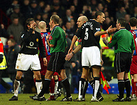 Fotball<br /> Premier League 2004/05<br /> Crystal Palace v Manchester United<br /> 5. mars 2005<br /> Foto: Magne J. Nilsen<br /> NORWAY ONLY<br /> Rio Ferdinand confronts the linesman and Gabriel Heinze confronts ref Mark Clattenburg at the end of the game