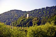 Wieża i fragmenty murów obronnych zamku z przełłmu XIII i XIV wieku w Czchowie. <br /> The tower and fragments of the fortified walls of the castle from the 13th and 14th centuries in Czchow.