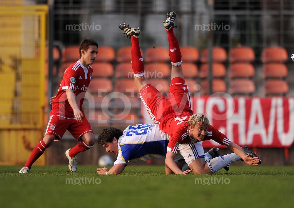FUSSBALL 3. BUNDESLIGA  SAISON 2009/2010      22. Spieltag: FC Bayern Muenchen II - Carl Zeiss Jena     20.04.2010 Maximilian Haas (FC Bayern II) auf Patrick Amrhein (Jena)