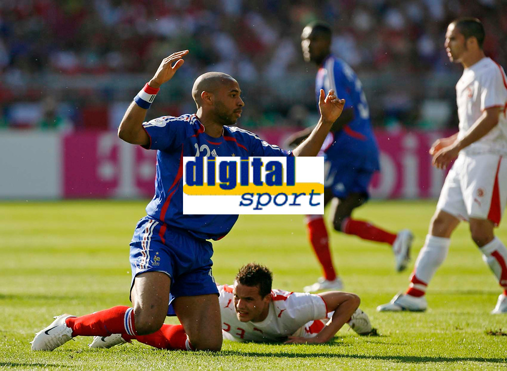 Photo: Glyn Thomas.<br />France v Switzerland. Group G, FIFA World Cup 2006. 13/06/2006.<br /> France's Thierry Henry (L) protests to the linesman.