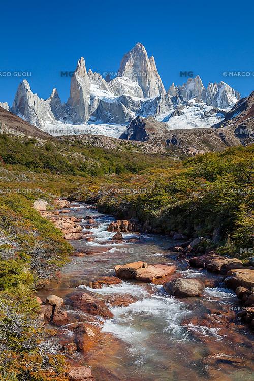 MACIZO DEL CERRO FITZ ROY O CHALTEN (3.405 m.s.n.m.) Y ARROYO DEL SALTO, PARQUE NACIONAL LOS GLACIARES, PROVINCIA DE SANTA CRUZ, PATAGONIA, ARGENTINA (PHOTO © MARCO GUOLI - ALL RIGHTS RESERVED)