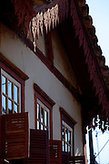 Catas Altas da Noruega_MG, Brasil...Catas Altas da Noruega e uma pequena cidade meio das montanhas de Minas Gerais, a 142 quilometros de Belo Horizonte. A pequena distancia da capital nao interfere nas peculiaridades da cidade, uma alternativa para quem quer fugir do stress das grandes cidades. Na foto, no detalhe casario historico da cidade.As Janelas e o antigo sobrado dao um charme especial a este casarao...Colonial house in in Catas Altas da Noruega, Minas Gerais...Foto: LEO DRUMOND / NITRO