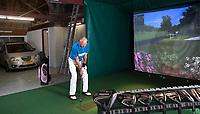 DELFSTRAHUIZEN - Cees Griffioen met zijn golfsimulator in de voormalige boerenschuur.  COPYRIGHT KOEN SUYK