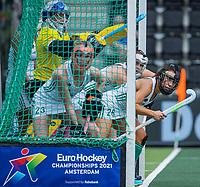 AMSTELVEEN -  penaltycorner , Anna O'Flanagan (Ier) , keeper Ayeisha McFerran (Ier) ,Hannah Matthews (Ier) ,  tijdens de wedstrijd dames , Ierland-Engeland (1-5) bij het  EK hockey , Eurohockey 2021.COPYRIGHT KOEN SUYK