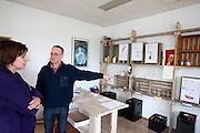 Ruth Peetoom bezoekt tijdens haar campagne als kandidaat-voorzitter van het CDA de nieuwe bierbrouwerij De 7 Deugden in Amsterdam, waar mensen werken die niet in aanmerking komen voor een reguliere baan. De brouwerij is opgezet door voormalig CDA-medewerker en oud-stadsdeelraadlid Garmt Haaksma (rechts).
