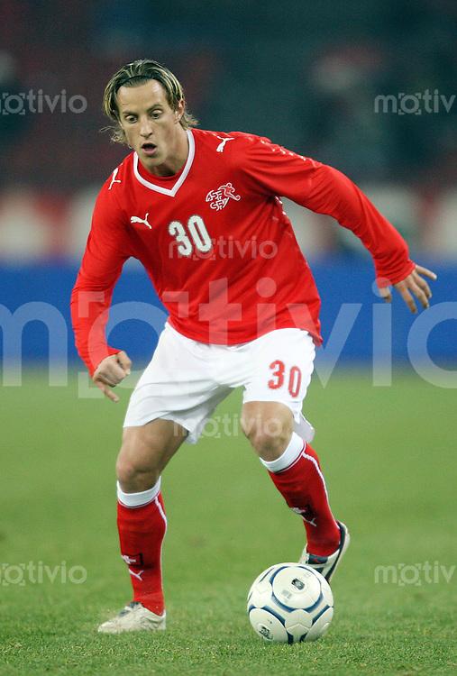 Fussball   International        Freundschaftsspiel       20.11.07 Schweiz - Nigeria Reto ZIEGLER (SUI), Einzelaktion am Ball.