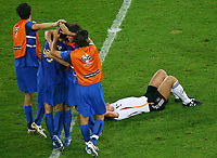 Fotball<br /> VM 2006<br /> Semifinale 04.07.2006<br /> Tyskland v Italia 0-2 eeo<br /> Foto: Witters/Digitalsport<br /> NORWAY ONLY<br /> <br /> Schlussjubel Italien, Enttaeuschung Deutschland<br /> Fussball WM 2006 Halbfinale Deutschland - Italien 0:2 n.V.