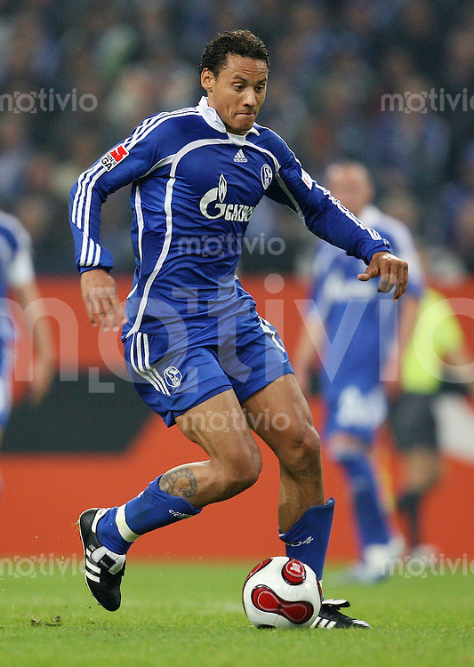 FUSSBALL     1. BUNDESLIGA    SAISON 2007/2008 Jermaine JONES (FC Schalke 04), Einzelaktion am Ball