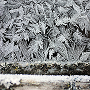 Noorwegen Gol 27 december 2008 20081227 Foto: David Rozing .Wintertafereel, stilleven van ijsbloemen op ruit oud hutje door strenge vrieskou.Wintertime, still of frozen flowers / iecflowers on window of an old cottage .Foto: David Rozing
