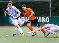 EINDHOVEN - hockey - Sander Baart (m) van OZ in duel met Tom Boon (l) en Roel Bovendeert van Bl'daal, tijdens de hoofdklasse hockeywedstrijd tussen de mannen van Oranje-Zwart en Bloemendaal (3-3). COPYRIGHT KOEN SUYK