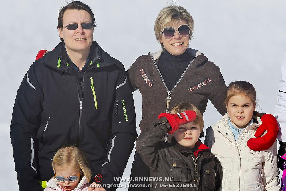 AUD/Lech/20110219 - Fotosessie Nederlandse Koninklijke Familie 2011 op wintersport in Lech, Constatijn met partner Laurentien en kinderen Eloise, Claus-Casimier, Leonore