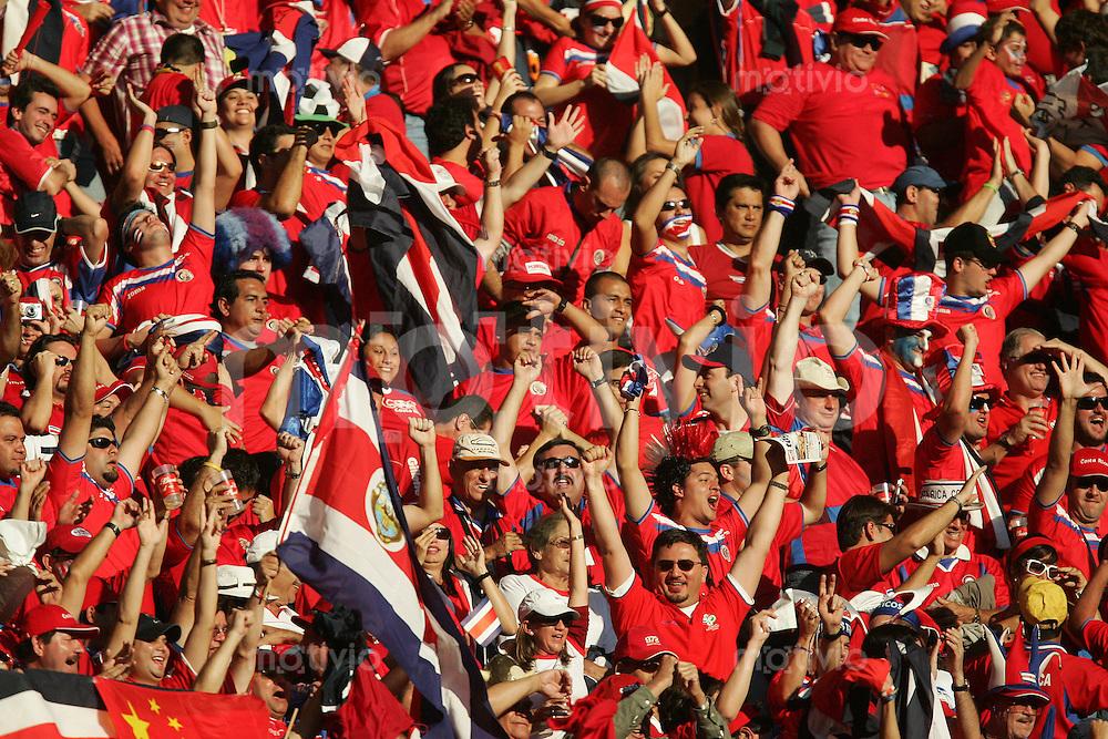 Fussball WM 2006 Eroeffnungsspiel Gruppenspiel Vorrunde in Muenchen: Deutschland - Costa Rica, Germany - Costa Rica. Fans von Costa Rica jubeln nach einem Tor.