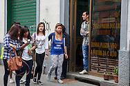 Ragazze passeggiano in via Padova