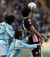 Fotball<br /> Serie A Italia<br /> Foto: Graffiti/Digitalsport<br /> NORWAY ONLY<br /> <br /> Roma 16/1/2005 <br /> <br /> Lazio Palermo 1-3<br /> <br /> Palermo's forward Luca Toni challenged by Lazio's defender Sebastiano Siviglia (L) and Jose Leonardo Talamonti (C)