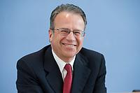 12 APR 2010, BERLIN/GERMANY:<br /> Frank-Juergen Weise, Vorstandsvorsitzender der Bundesanstalt fuer Arbeit, waehrend einer Pressekonferenz zur Vorstellung der Strukturkommission der Bundeswehr, Bundespressekonferenz<br /> IMAGE: 20100412-01-011<br /> KEYWORDS: Frank-Jürgen Weise, lacht, lachen, feundlich
