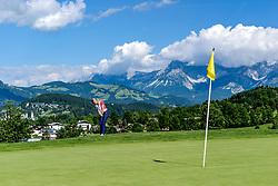 THEMENBILD - Eine Golfspielerin am Golfclub Eichenheim mit der Stadt Kitzbühel und dem Wilden Kaiser als Bergpanorama, aufgenommen am 04. Juli 2017, Kitzbühel, Österreich // A golf player at the Eichenheim Golfclub with the town of Kitzbühel and the Wilder Kaiser as a mountain panorama at Kitzbühel, Austria on 2017/07/04. EXPA Pictures © 2017, PhotoCredit: EXPA/ Stefan Adelsberger