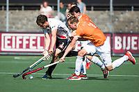 AMSTELVEEN  - Hockey -  1e wedstrijd halve finale Play Offs dames.  Amsterdam-Bloemendaal (5-5), Bl'daal wint na shoot outs.  Boris Burkhardt (A'dam) met Floris Wortelboer (Bldaal)  en Tim Swaen (Bldaal)     COPYRIGHT KOEN SUYK