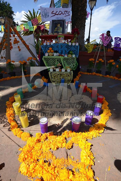 Metepec, México (Octubre 31, 2016).- Familias, asociaciones, escuelas y trabajadores de las diferentes direcciones de Metepec trabajaron en la instalación de la Mega Ofrenda en las escalinatas del Calvario.  Agencia MVT / Crisanta Espinosa
