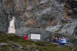 THEMENBILD - Die Pasterze ist mit etwas mehr als 8 km Länge der größte Gletscher Österreichs und der längste der Ostalpen. Seit 1856 hat ihre Fläche von damals über 30 km² um beinahe die Hälfte abgenommen. Hier im Bild Touristen am Karl Hoffmann Denkmal, Österreich am Freitag 21. August 2020 // With a length of just over 8 km, the Pasterze is the largest glacier in Austria and the longest in the Eastern Alps. Since 1856, its area has decreased by almost half from then 30 km². Picture shows Tourists at the Karl Hoffmann Monument. Heiligenblut, Austria on Friday August 21, 2020. EXPA Pictures © 2020, PhotoCredit: EXPA/ Johann Groder