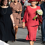 NLD/Amsterdam/20120922 - Koningin Beatrix opent het Vernieuwde Stedelijk Museum , Directeur Stedelijk Museum Ann Goldstein met Koningin Beatrix
