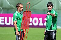 Fotball<br /> EM 2012<br /> 19,06.2012<br /> Trening og pressekonferanse Tyskland<br /> Foto: Witters/Digitalsport<br /> NORWAY ONLY<br /> <br /> v.l. Co-Trainer Hans-Dieter ''Hansi'' Flick, Bundestrainer Joachim Loew<br /> Fussball EURO 2012, Deutschland, Training