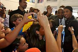 Ronaldinho Gaúcho é assediado pelas crianças durante o lançamento do Instituto Ronaldinho Gaúcho em Porto Alegre, 27 de dezembro de 2006. O instituto busca permitir que as crianças de famílias carentes pratiquem esportes. FOTO: Jefferson Bernardes/Preview.com