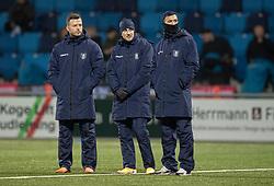Casper Sloth, Lucas Haren og David Boysen (FC Helsingør) ser på under opvarmningen til  kampen i 1. Division mellem HB Køge og FC Helsingør den 4. december 2020 på Capelli Sport Stadion i Køge (Foto: Claus Birch).