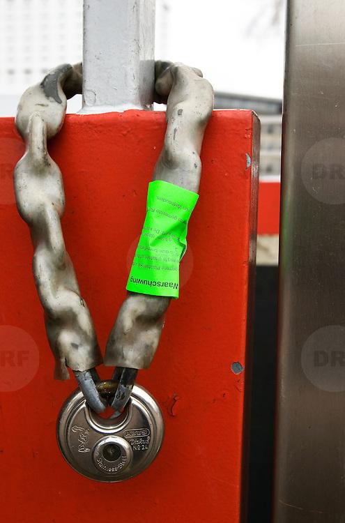 Nederland Rotterdam 5 maart 2009 20090305 Foto: David Rozing..Kettingslot met sticker om aan te geven dat deze binnenkort zal worden verwijdert door de gemeente, ketting, slot, hangslot, opruimen, ..Foto: David Rozing
