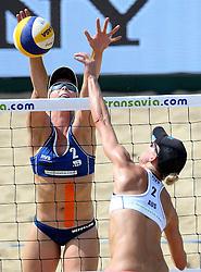 18-07-2014 NED: FIVB Grand Slam Beach Volleybal, Scheveningen<br /> Knock out fase - Madelein Meppelink en Louise Bawden AUS