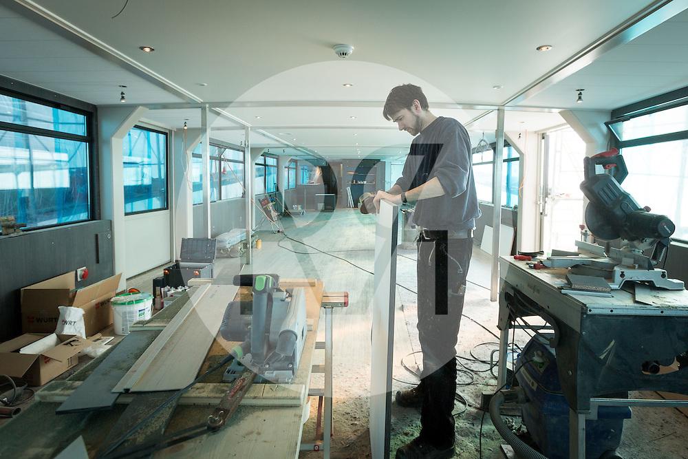 SCHWEIZ - MEISTERSCHWANDEN - Das Flaggschiff MS Brestenberg wurde über den Winter aus dem Wasser genommen und Renoviert. Hier ein Mitarbeiter beim Innenausbau im Salon - 03. März 2015 © Raphael Hünerfauth - http://huenerfauth.ch