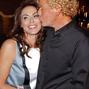 """NLD/Amsterdam/20120312 - Boekpresentatie Heleen van Royen """" Verboden Vruchten"""", Ton van Royen geeft zijn partner Heleen een kusje"""