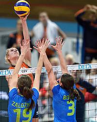 26-09-2015 NED: Volleyball European Championship Nederland - Slovenie, Apeldoorn<br /> Maret Balkestein-Grothues #6, Mojca Bozic #3, Valentina Zaloznik #19<br /> Photo by Ronald Hoogendoorn / Sportida