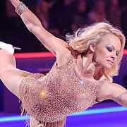 NLD/Hilversum/20130119 - 4e Liveshow Sterren Dansen op het IJs 2013, optreden Pamela Anderson en schaatspartner Matt Evers