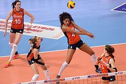 09-01-2016 TUR: European Olympic Qualification Tournament Rusland - Nederland, Ankara<br /> De strijd om Rio of Japan / Lonneke Sloetjes #10, Debby Stam-Pilon #16, Celeste Plak #4