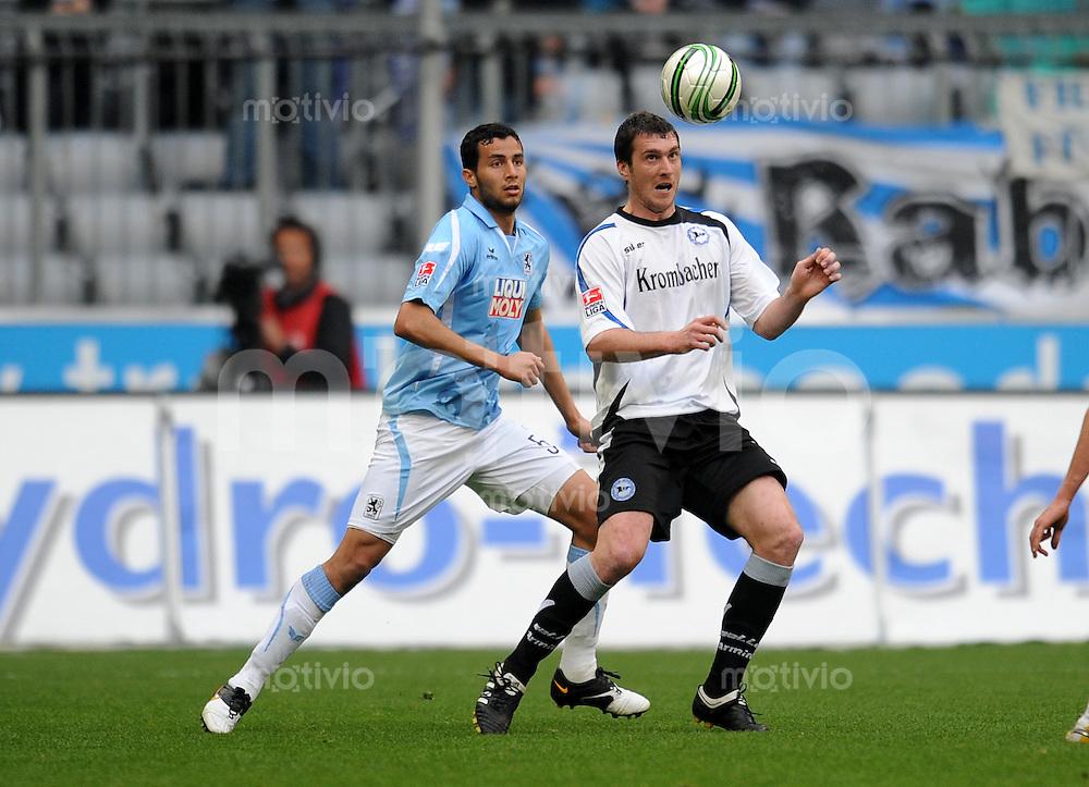 2. Fussball Bundesliga: Saison 2009/2010, 30. Spieltag  1860 Muenchen - DSC Arminia Bielefeld    09.04.2010 Radhouene Felhi  (li., 1860 Muenchen) gegen Pavel Fort (re., Bielefeld)