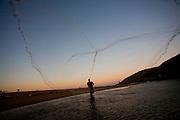 Vila Velha_ES, Brasil...Barra do Rio Jucu em Vila Velha, Espirito Santo. Na foto pescador pescando com rede...Barra do Rio Jucu in Vila Velha, Espirito Santo. In this photo, a fisherman fishing with fishnet...FOTO: LEO DRUMOND / NITRO