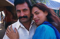 "Pakistan - Hijra, les demi-femmes du Pakistan -  Suriya et son ""fiancé"" // Pakistan. Punjab province. Hijra, the half woman of Pakistan. Suriya and her lover."