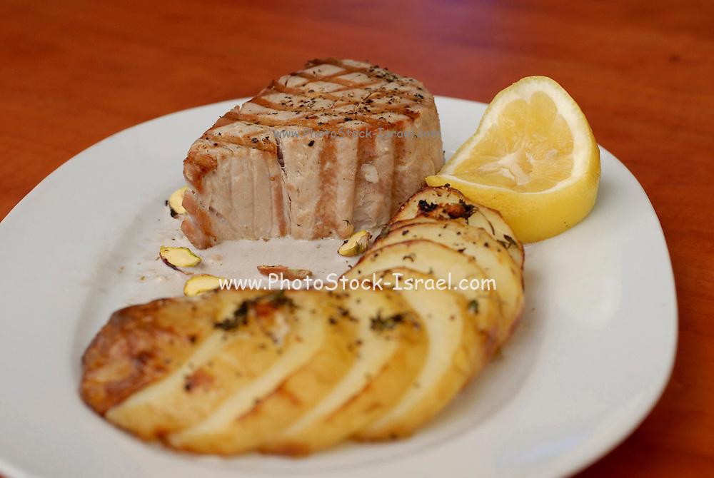 Tuna steak with potatoes
