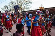 Un grupo de personas de la comunidad de Yago danzan durante la procesión a la iglesia de Huaynamota, Nayarit.